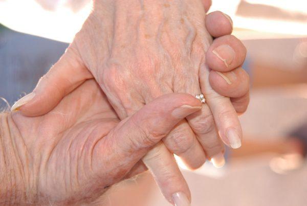 Oudere handen in elkaar