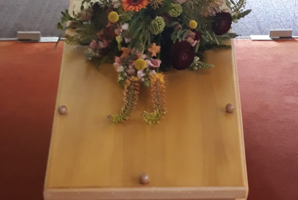 Blank eiken met uitbundig bloemstuk