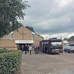 Uitvaartbus bij kerk
