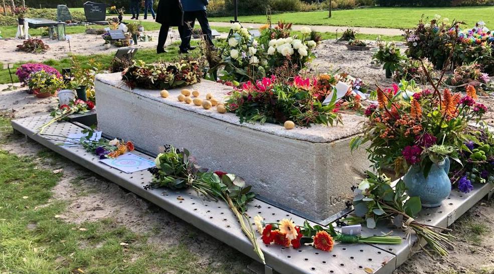 Levende doodskist op begraafplaats